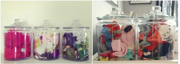 Разложите резинки для волос и банты в стеклянные кухонные контейнеры.